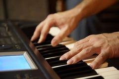 Jogador de teclado que joga no estúdio. foto de stock