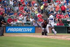 Jogador de Texas Rangers que marca na frente do coletor Fotografia de Stock Royalty Free