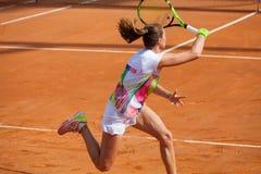 Jogador de tênis da mulher na ação Com raquete à disposição Imagens de Stock Royalty Free