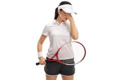 Jogador de tênis fêmea que guarda sua cabeça na incredulidade Fotos de Stock
