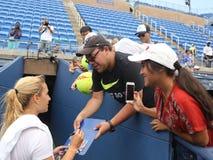 Jogador de tênis profissional Dominika Cibulkova de autógrafos de assinatura de Eslováquia após a prática para o US Open 2016 Imagem de Stock