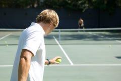 Jogador de ténis pronto para serir a esfera Imagens de Stock Royalty Free