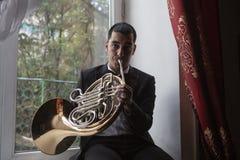 Jogador de trompa francesa Hornist que joga o instrumento de música de bronze da orquestra fotos de stock