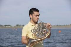 Jogador de trompa francesa que joga o músico clássico do hornist do homem do instrumento de música fotos de stock