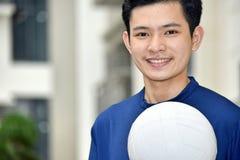 Jogador de voleibol masculino asi?tico que sorri com voleibol imagens de stock royalty free