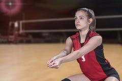 Jogador de voleibol profissional fêmea na corte de voleibol fotografia de stock