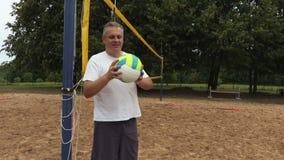Jogador de voleibol de sorriso na rede do voleibol filme