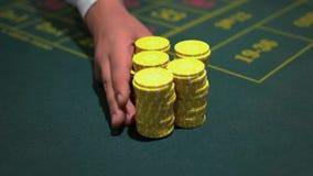 Jogador do casino do negociante com as microplaquetas na tabela do casino filme