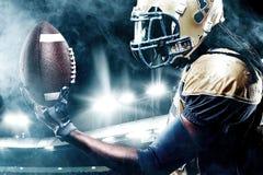 Jogador do desportista do futebol americano no estádio que corre na ação Fotografia de Stock