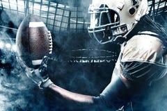Jogador do desportista do futebol americano no estádio que corre na ação Imagens de Stock Royalty Free