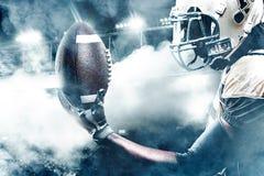 Jogador do desportista do futebol americano no estádio que corre na ação Foto de Stock Royalty Free