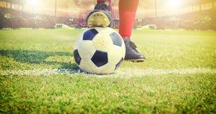 Jogador do futebol ou de futebol que está com a bola no campo para Ki Imagens de Stock
