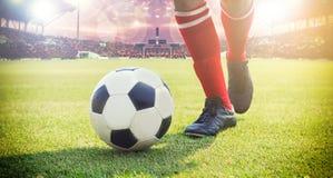 Jogador do futebol ou de futebol que está com a bola no campo para Ki Imagem de Stock