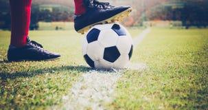 Jogador do futebol ou de futebol que está com a bola no campo para Ki Imagens de Stock Royalty Free