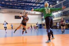 Jogador do handball na ação durante o handb grego do final da Taça das mulheres Foto de Stock Royalty Free
