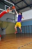 Jogador do jogo de esfera da cesta no salão de esporte Fotografia de Stock