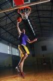 Jogador do jogo de esfera da cesta no salão de esporte Imagens de Stock