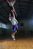 Jogador do jogo de esfera da cesta no salão de esporte Fotografia de Stock Royalty Free