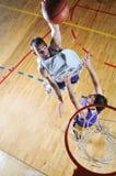 Jogador do jogo de esfera da cesta no salão de esporte Imagens de Stock Royalty Free