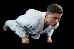 Jogador do karaté que faz a flexão de braço Imagens de Stock