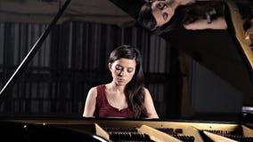 Jogador do m?sico da m?sica cl?ssica do piano Pianista com o piano de cauda do instrumento musical filme