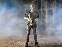 Jogador do Paintball no uniforme protetor da camuflagem Fotografia de Stock
