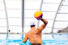 Jogador do polo aquático em uma piscina Fotos de Stock Royalty Free