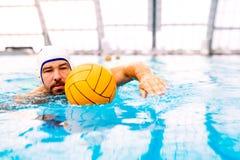 Jogador do polo aquático em uma piscina Foto de Stock Royalty Free