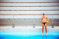 Jogador do polo aquático em uma piscina Imagens de Stock Royalty Free