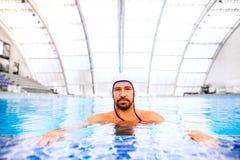 Jogador do polo aquático em uma piscina Fotografia de Stock