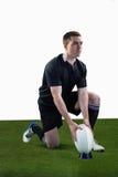 Jogador do rugby pronto para fazer um pontapé de gota Fotos de Stock Royalty Free