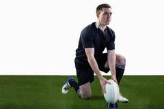 Jogador do rugby pronto para fazer um pontapé de gota Imagens de Stock