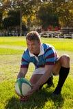 Jogador do rugby que prepara-se para retroceder para o objetivo Foto de Stock Royalty Free