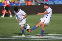 Jogador do rugby que retrocede a esfera Fotografia de Stock