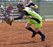 Jogador do softball da menina foto de stock