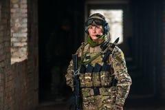 Jogador do strikeball de Airsoft no soilder militar Fotografia de Stock Royalty Free