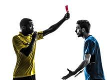Jogador e árbitro de futebol de dois homens que mostram a silhueta do cartão vermelho Imagem de Stock