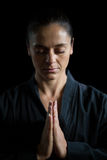 Jogador fêmea do karaté na pose da oração fotos de stock royalty free