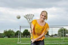 Jogador fêmea louro novo impressionante da lacrosse Foto de Stock