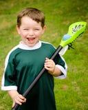 Jogador feliz do lacrosse da criança nova fotografia de stock royalty free
