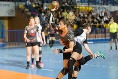 jogador na ação durante o handb grego do final da Taça das mulheres Foto de Stock