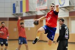 Jogador na ação no campeonato nacional romeno do handball Imagens de Stock