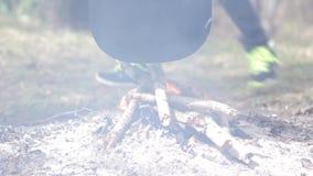 Jogador na fogueira no ar livre video estoque