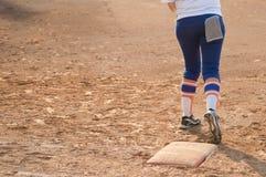 Jogador no campo do basebol ou de softball da placa home fotos de stock