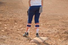 Jogador no campo do basebol ou de softball da placa home imagens de stock