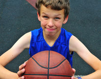 Jogador novo com um basquetebol Fotografia de Stock Royalty Free