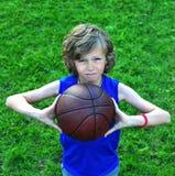 Jogador novo com um basquetebol fora Fotografia de Stock