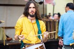 Jogador novo da gaita de fole em ternos medievais foto de stock