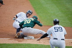 Jogador Suzuki Out dos New York Yankees na terceira base imagem de stock royalty free