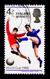 Jogadores com bola, serie do campeonato do futebol do campeonato do mundo, cerca de 1966 Imagens de Stock